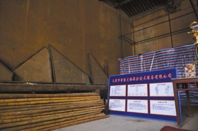 下寺大佛殿内,墙脚边随意搁置着12块残存壁画。