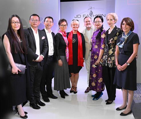 京东集团副总裁辛利军(左三)与嘉宾合影