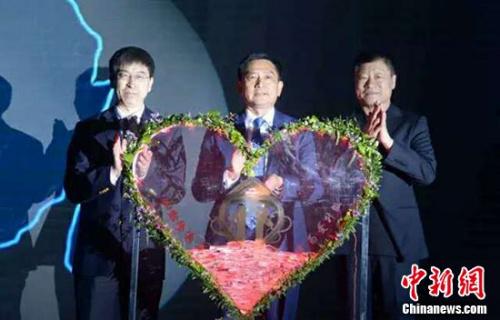 刘洪臣(左)、黎昌仁(中)、曲忠武(右)三人独特登台,点亮意味着拜博惠爱结合的心形灯箱