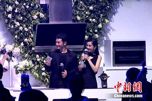 华帝代言人黄晓明、Angelababy体验华帝智慧厨房