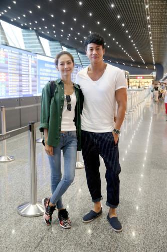 何润东夫妻俩今天下午搭机前往泰国,准备参加陈怡蓉在清迈举行的婚礼。记者余承翰/摄影