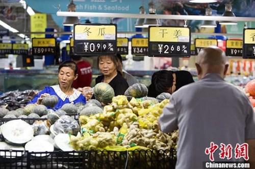 9月9日,山西太原,民众在超市选购蔬菜。 <a target='_blank' href='http://www.chinanews.com/'>中新社</a>记者 张云 摄