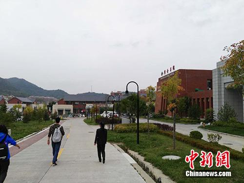 陕甘边反动依据地照金留念馆周边树立了独具特征的白色文明构思街区。中新网记者 宋宇晟 摄