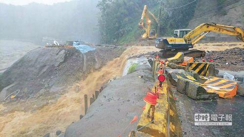 新北市乌来区台九甲线10.2公里处坍方,双向道路不通。台湾《中国时报》叶书宏翻摄
