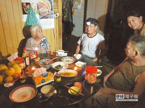 台风夜民众点起蜡烛、头戴头灯一起围炉吃晚餐。台湾《中国时报》许家宁摄