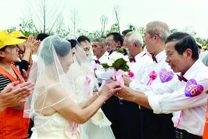 老人举行集体金婚  引来了不少游客围观
