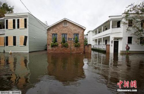 """大西洋近10年来最强飓风""""马修""""在加勒比海造成重大破坏后,本月7日起又登陆美国东岸,其中佛罗里达州首当其冲。"""
