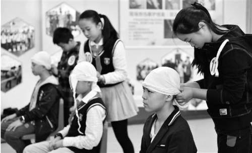 小学生急救技能大比拼,现场包扎头部,只花了50秒。