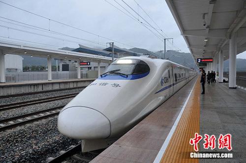 高铁缩短了出行时间,减少了乘客在火车上对方便面的需求。上图为资料图。张斌 摄