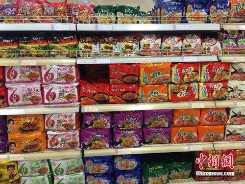 北京一家超市货架上摆放的方便面。 邱宇 摄