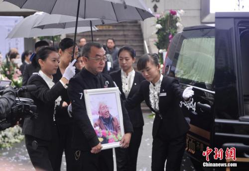 """10月15日,""""词坛泰斗""""庄奴悼念会在重庆一殡仪馆举办,现场数百大众返回送行。陈超 摄"""