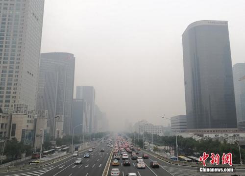 10月14日15时30分,北京市空气重污染应急指挥部办公室将蓝色预警提升至黄色预警级别,北京城区PM2.5浓度已接近350微克/立方米,达6级严重污染的等级。记者 杨可佳 摄