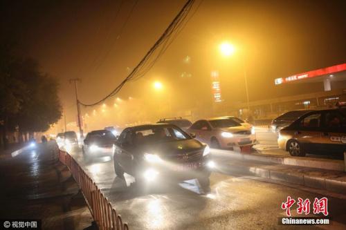 10月14日15时30分,北京市空气重污染应急指挥部办公室将蓝色预警提升至黄色预警级别。思默 摄 图片来源:视觉中国