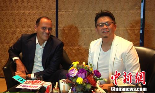 宝格丽大中华区总经理平兴韬(左)一风艺术设计创意集团CEO马兴文(右)接受媒体采访