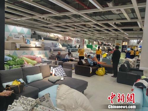 图为北京宜家四元桥店沙发贩卖区。吕春荣 摄