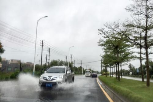 海口市海秀中路积水影响车辆通行。记者洪坚鹏 摄