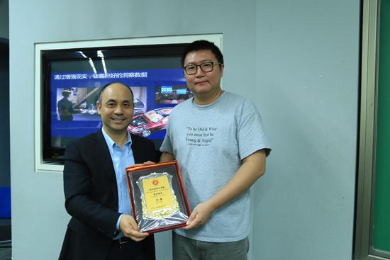 北大光华办理学院商场营销系主任、博士生导师彭泗清传授向商询科技总裁马谦颁布声誉证书。