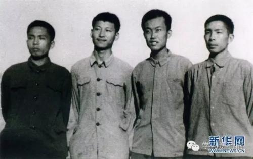 这是1973年上山下乡时代,习近平(左二)在陕西延川县。 新华社发