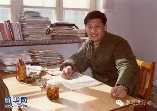 这是1983年,在河北正定办公室里的习近平。 新华社发