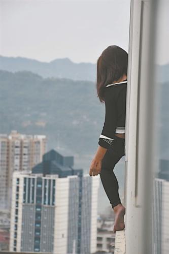 男子坐在17楼窗台上