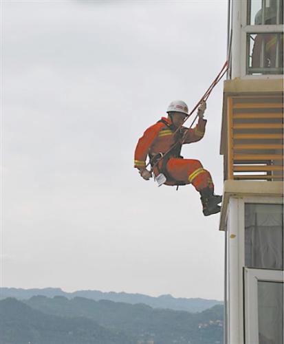 救火员索降 通信员 黄华 摄