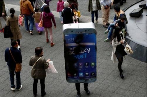 也有人装扮成发生电池起火事故的三星手机。