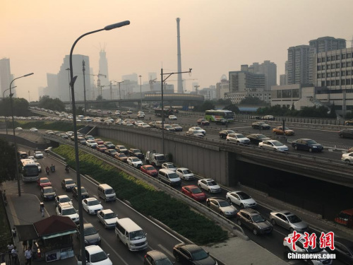 材料图。图为北京四惠出京方向车辆行驶迟缓。中新网记者 翟璐 摄