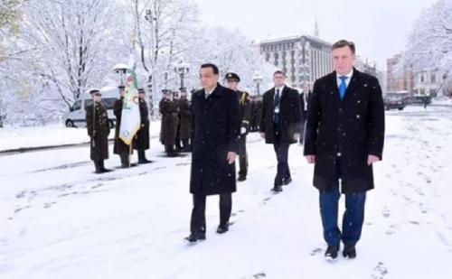 4日上午,拉脱维亚首都里加漫天飞雪,拉总理库钦斯基斯在纪念碑广场举行隆重仪式欢迎来访的李克强总理