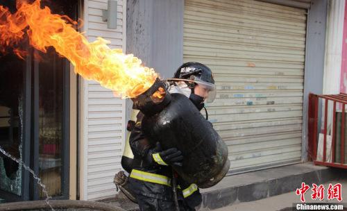 图为皇甫江武其时救火图像。图像来历:CFP视觉国家
