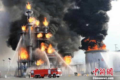 材料图:图为演习演练模仿某化工场油罐区因避雷安装破坏遭逢雷击爆破焚烧 胡贵龙 摄