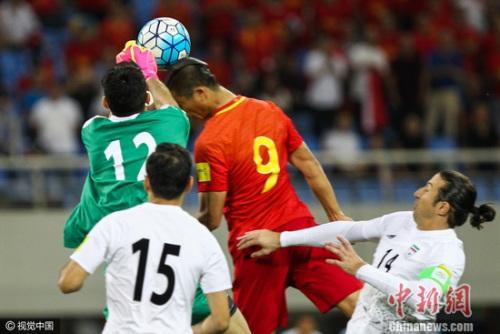 张玉宁在与伊朗的比赛中抢眼 图片来源:视觉中国