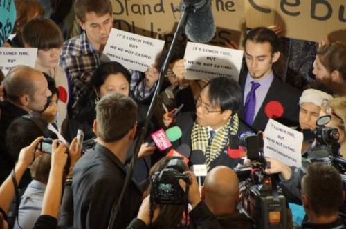 菲律宾代表团团长萨诺在华沙气候大会宣布绝食后,被媒体和声援他的NGO包围。中新社周锐 摄。
