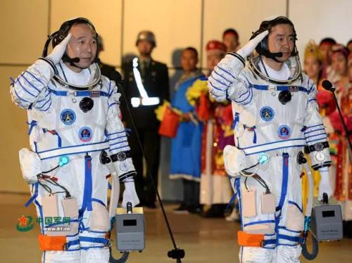 航天员景海鹏(左)、陈冬在出征典礼上还礼。国家军网记者 岱天荣 摄