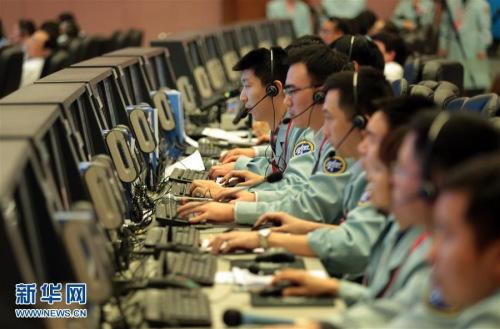 11月18日,在北京航天航行操控中心,科技职员在事情。记者从时间试验室航利用命总批示部知道到,11月18日13时59分,神舟十一号飞船前往舱在内蒙古中部预约地区胜利着陆,履行航利用命的航天员景海鹏、陈冬身材形态精良,天宫二号与神舟十一号载人航利用命获得满意成功。新华社记者 才扬 摄 图像来历:新华社