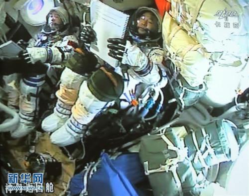 这是11月18日在北京航天航行操控中心大屏幕拍照的神舟十一号飞船前往舱内的画面。记者从时间试验室航利用命总批示部知道到,11月18日13时59分,神舟十一号飞船前往舱在内蒙古中部预约地区胜利着陆,履行航利用命的航天员景海鹏、陈冬身材形态精良,天宫二号与神舟十一号载人航利用命获得满意成功。新华社记者 才扬 摄 图像来历:新华社