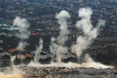 11月9日3时52分,涞水县一渡青青小镇6期A地块,几个炸点几乎同时起爆。炸点距已入住的别墅仅一墙之隔。