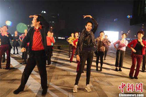 费玉清和莫文蔚在户外跳广场舞