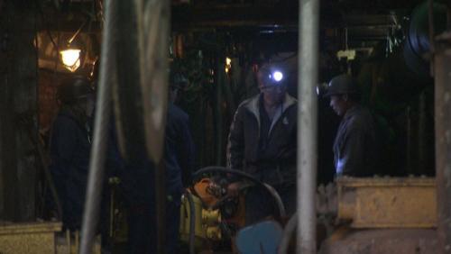 煤矿内,救援人员商议救援方案