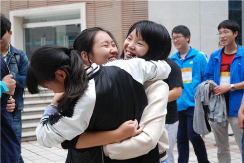 """10月16日,湖北大学""""迷马""""应战后,应战者快乐地抱在一同,情谊在""""迷马""""应战现场绽开。章雪妮/摄"""