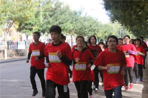 """10月23日,河北民族师范学院,学院PK""""迷马""""应战中,身着院服的同窗们,队形松散,每一小我都致力奔驰。 李辰阳/摄"""