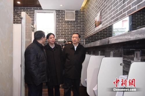11月27日,国家旅游局局长李金早一行在光大崂山生态厕所考察