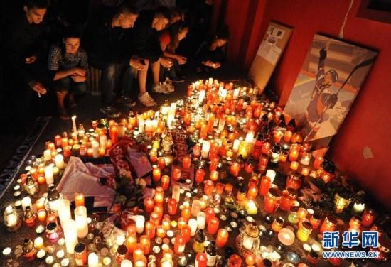 昔时9月7日,人们汇集在斯洛伐克特伦钦冰球馆,为罹难的雅罗斯拉夫尔火车头冰球队成员、斯洛伐克冰球队员帕沃尔・德米特拉默哀。图像来历:新华社