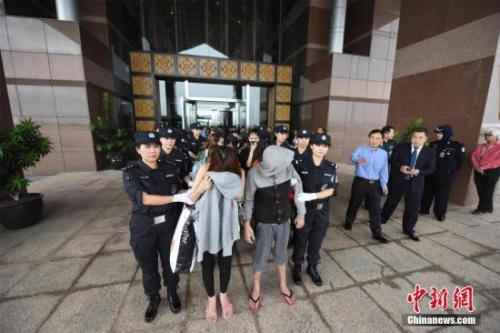 11月29日,湖北警方赴马来西亚把74名电信网络诈骗嫌犯押回并连夜押送至襄阳。30日凌晨,襄阳警方召开案件通报会,通报详细办案经过。至此,襄阳警方在马来西亚吉隆坡、槟城共打掉4个电信网络诈骗团伙,破获涉及中国大陆31个省市区的500余起特大跨境电信网络诈骗案。从现场抓捕到一路押送,笔者用镜头全程记录,直击这场跨国系列电信诈骗案侦办始末。图为警方在马来西亚抓捕的嫌疑人。张伟 摄