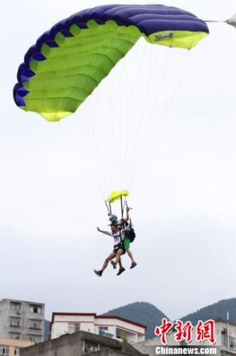 陈行甲跳伞推介巴东旅游。边文海 摄