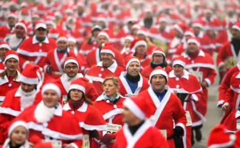 """红白交织:德小镇""""圣诞老人""""赛跑 近千人参加(图)"""