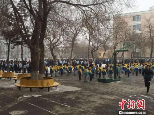 地震发生后,乌鲁木齐市第60中学的学生被紧急疏散到操场上。 许丽 摄