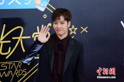 """王嘉尔获""""年度综艺之星"""" 感谢工作人员和粉丝"""