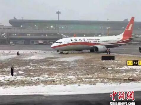 乌鲁木齐机场现惊险一幕!两架飞机滑出滑行道