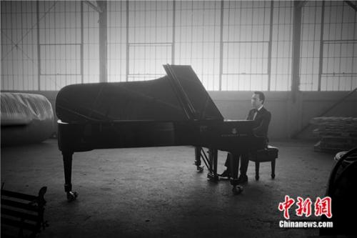 甄子丹演奏钢琴