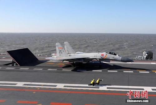 中国海军日前组织实施了航母编队实际使用武器演习。演习在渤海某海域展开,共动用辽宁舰等各型舰艇数十艘、飞机数十架,发射空对空、空对舰和舰对空等各型导弹十余枚。演习中,辽宁舰与数艘驱护舰组成编队,先后开展了建立侦察预警体系、空中拦截、对海突击和防空反导等科目演练,多批次歼―15舰载战斗机挂载实弹,飞赴演习海空域实施打击行动。图为歼-15舰载战斗机带弹起飞。发 张凯 摄